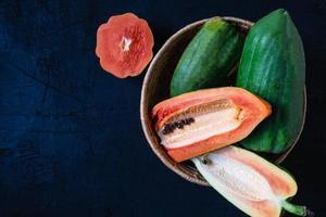 papaya fresca en una canasta foto