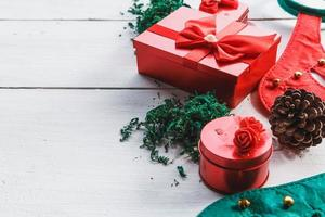Caja de regalo roja sobre fondo blanco para el día de Navidad