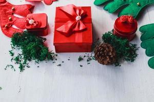 Caja de regalo roja sobre fondo blanco de madera para el día de Navidad foto