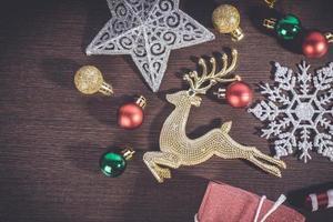 adornos navideños sobre fondo de madera foto
