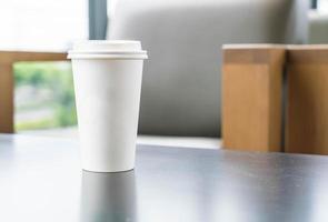 taza de café con espacio de copia en una mesa
