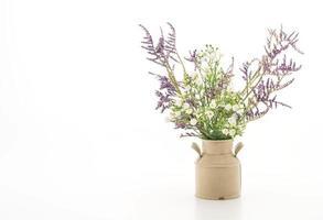 Statice y caspia flores en un jarrón sobre fondo blanco. foto