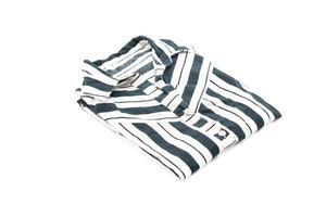 camisa doblada sobre fondo blanco