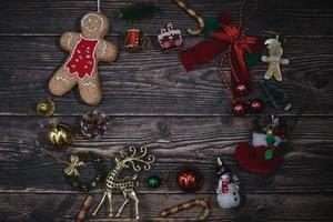 Fondo de Navidad con adornos en tablero de madera oscura.
