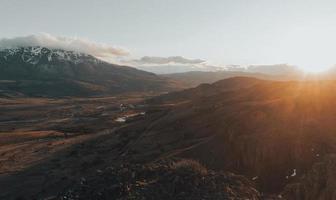 Montañas marrones y verdes bajo un cielo azul durante el día