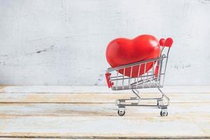 corazón rojo en carrito de compras