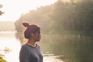 mujer asiática viajando por el río