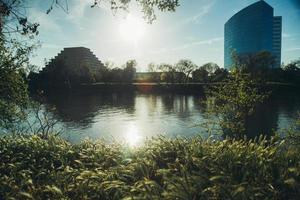san fransisco, california, 2020 - edificios junto a un río foto