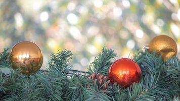 adornos navideños con luz bokeh borrosa