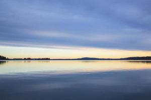 lago tranquilo al amanecer foto