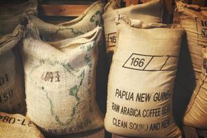 papua nueva guinea, 2020 - granos de café arábica en bolsas foto