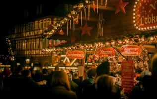gente en el mercado de navidad