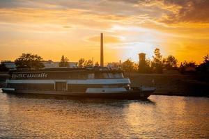 Barco en el río en Frankfurt.