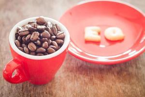 granos de cafe en una taza