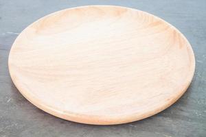 placa de madera sobre fondo gris foto