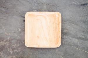 plato de madera cuadrado foto