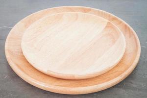 platos de madera sobre un fondo gris foto