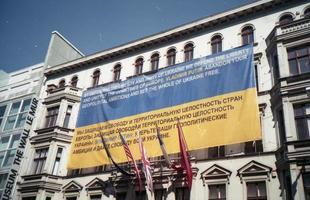 Moscú, Rusia, 2020 - Bandera azul y amarilla colocada en un edificio.