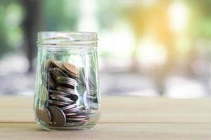 monedas en mesa de madera con luz suave