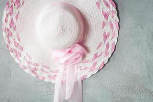 sombrero rosa sobre un fondo gris