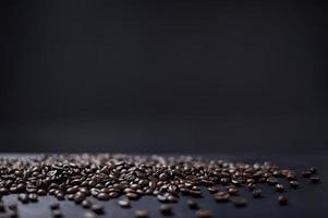 granos de cafe en el escritorio