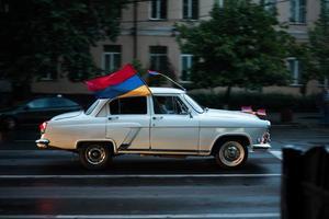 ereván, armenia, 2020 - coche clásico en la carretera con una bandera armenia en él