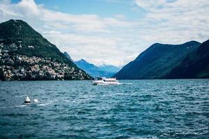 Lugano, Suiza 2019-pasajeros a bordo del buque morcote en el lago glacial de Lugano