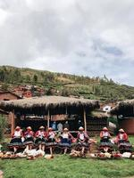 gente sentada en sillas de madera marrón en perú foto
