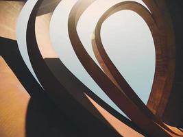 holon, israel, 2020 - luz del sol a través de una escultura abstracta de hormigón