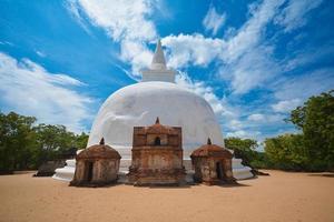 Antiguas ruinas de Kiri Vehera Dagoba en Polonnaruwa, Sri Lanka