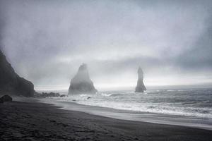 foto granulada de dos rocas en el mar