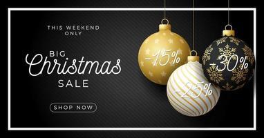 Banner de venta de Navidad de lujo con adornos de bolas ornamentales vector