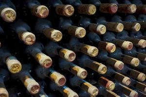 Bodega de viñedo con botellas viejas. foto