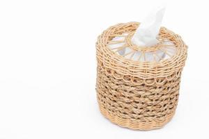 Caja de pañuelos tejidos sobre un fondo blanco.