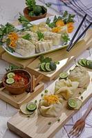 Aperitivo siomay indonesio con salsa de maní