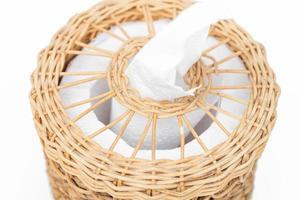 Close-up de una caja de pañuelos tejidos sobre un fondo blanco.