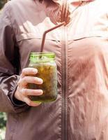 persona sosteniendo un refresco