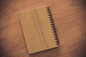 cuaderno de madera sobre una mesa de madera
