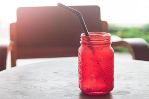 vaso rojo en un cafe