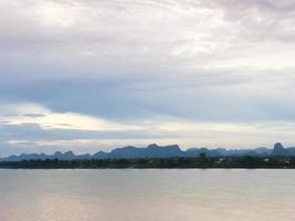 nubes sobre un lago foto