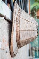 Viejo sombrero artesanal colgado en una pared.