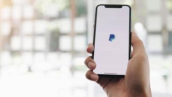chiang mai, tailandia 2020-editorial ilustrativo del iphone de apple con la aplicación paypal en la pantalla
