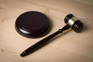 Close-up de un juez hummer sobre fondo de madera foto
