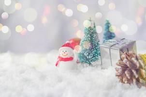 adornos navideños en miniatura en la nieve