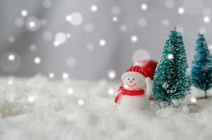 muñeco de nieve en miniatura y árboles de navidad