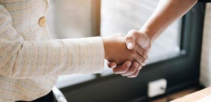 gerente y empleado dándose la mano