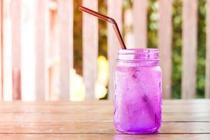 bebida morada helada en una mesa