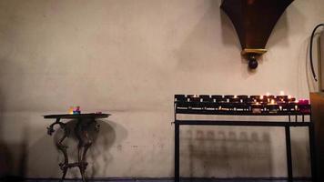 interior da igreja com pequenas velas video