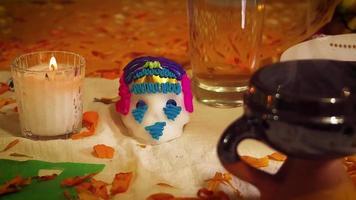 Crâne de sucre papier picoré et bougies en offrande mexicaine