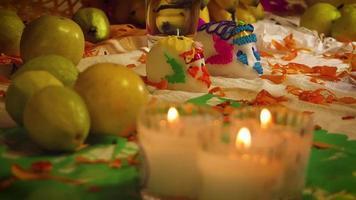 Crânes de sucre en offrande mexicaine avec des bougies en premier plan